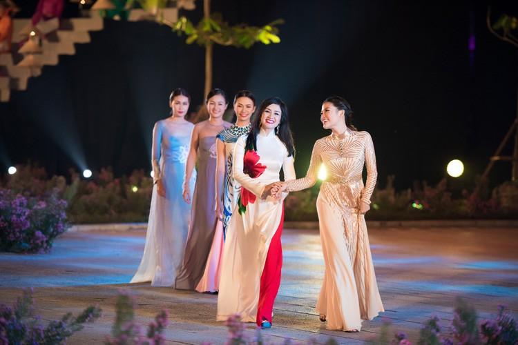 Loat nghe si gao coi dien ao dai trinh dien thoi trang-Hinh-5