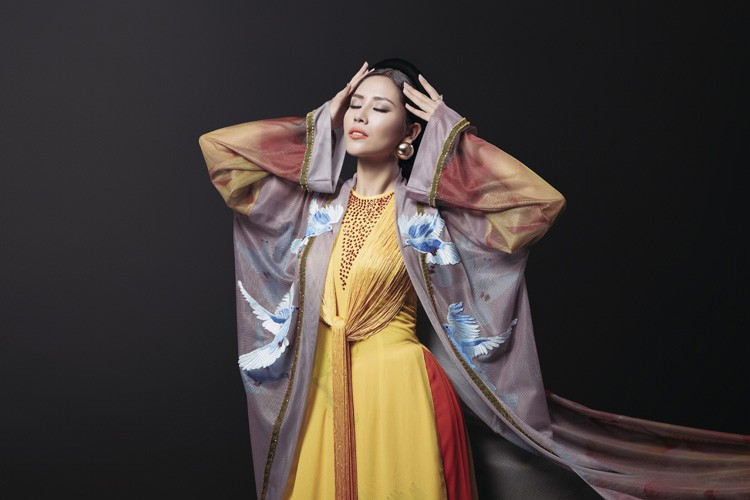 Ngam trang phuc dan toc cua Nguyen Loan tai Miss Grand International