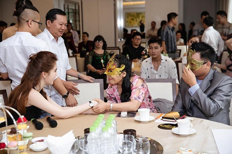 Ty phu Hoang Kieu hon Ngoc Trinh tai san bay gay sot-Hinh-6