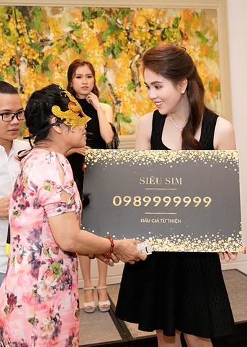 Ty phu Hoang Kieu hon Ngoc Trinh tai san bay gay sot-Hinh-7