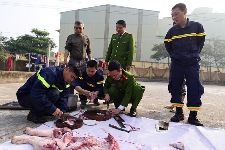 Anh: Linh cuu hoa mo lon, goi banh chung don Tet-Hinh-5