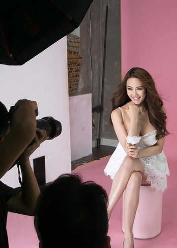 Linh Chi vui ve di chup hinh giua lum xum nguoi thu ba-Hinh-2
