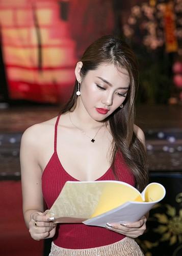 Linh Chi vui ve di chup hinh giua lum xum nguoi thu ba-Hinh-3