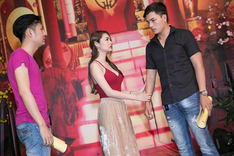Linh Chi vui ve di chup hinh giua lum xum nguoi thu ba-Hinh-5