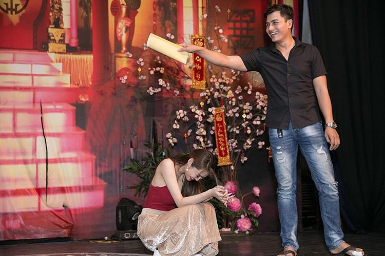 Linh Chi vui ve di chup hinh giua lum xum nguoi thu ba-Hinh-6