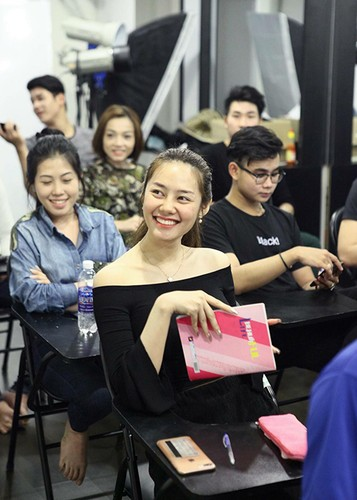 Linh Chi vui ve di chup hinh giua lum xum nguoi thu ba-Hinh-7