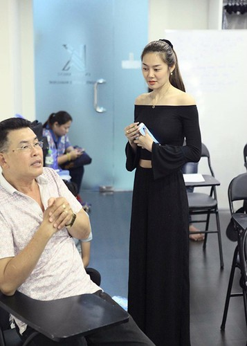 Linh Chi vui ve di chup hinh giua lum xum nguoi thu ba-Hinh-8