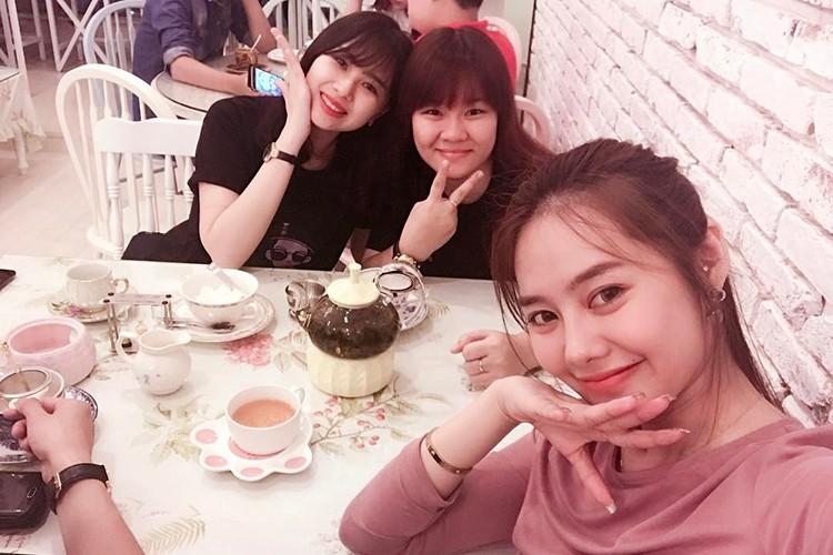 Linh Chi vui ve di chup hinh giua lum xum nguoi thu ba-Hinh-9