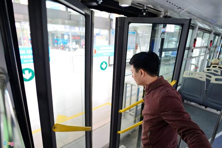 Noi that don gian cua buyt nhanh BRT bi to doi gia-Hinh-10
