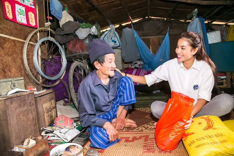Pham Huong vac gao, bom xe lan cho tre em ngheo-Hinh-10