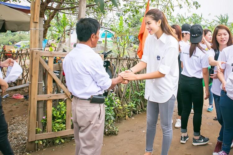Pham Huong vac gao, bom xe lan cho tre em ngheo-Hinh-12