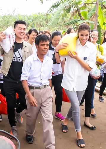 Pham Huong vac gao, bom xe lan cho tre em ngheo-Hinh-2