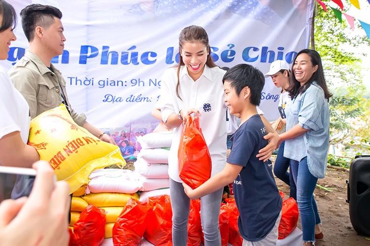 Pham Huong vac gao, bom xe lan cho tre em ngheo-Hinh-8