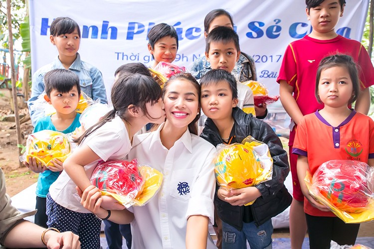 Pham Huong vac gao, bom xe lan cho tre em ngheo-Hinh-9