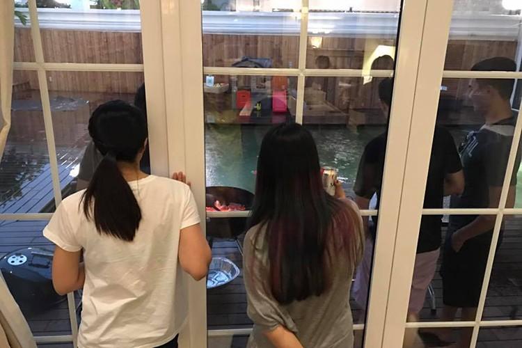 """Vo chong Tang Thanh Ha """"tron"""" 2 con hen ho ban be-Hinh-4"""