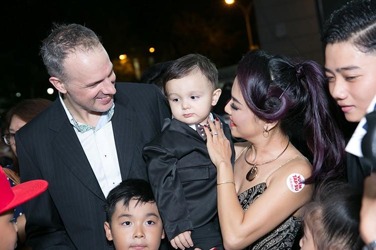 Ly Thanh Thao cung chong Tay mang con di ra mat phim-Hinh-2