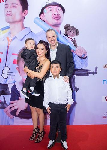 Ly Thanh Thao cung chong Tay mang con di ra mat phim-Hinh-3