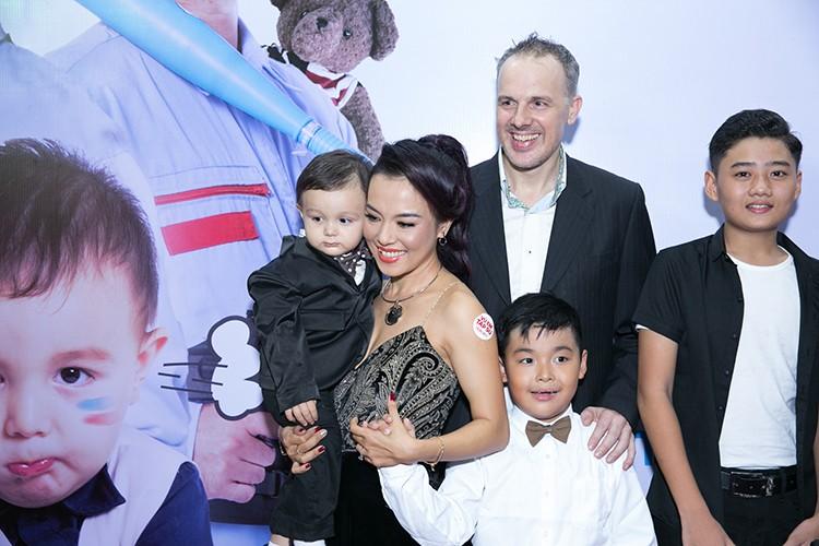 Ly Thanh Thao cung chong Tay mang con di ra mat phim-Hinh-4