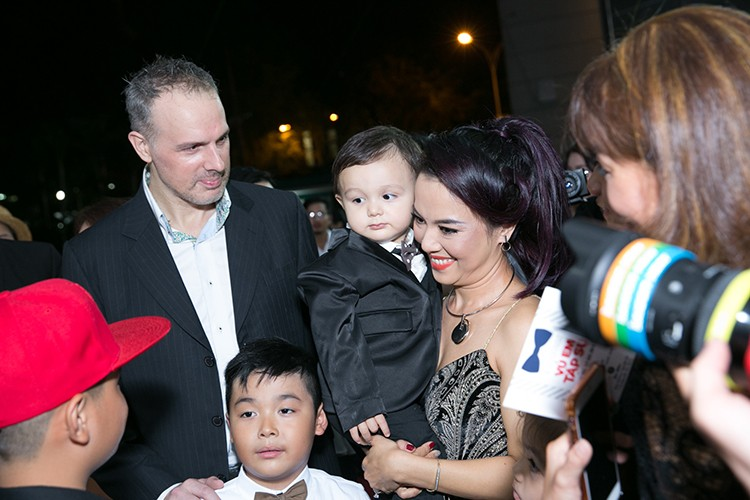 Ly Thanh Thao cung chong Tay mang con di ra mat phim