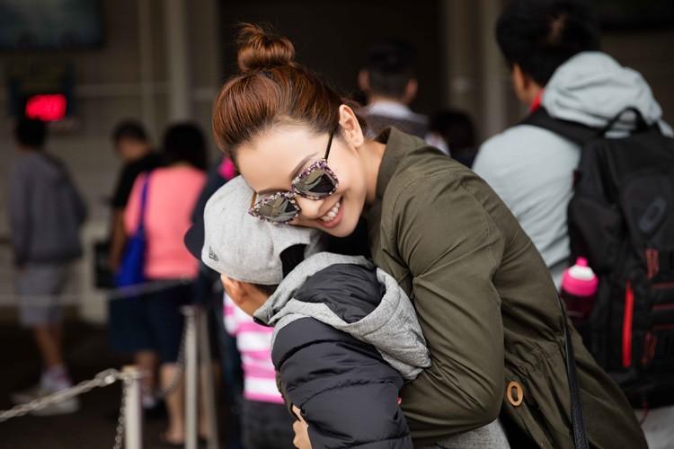 Jennifer Pham cung nung, dua con trai Bao Nam di choi cong vien-Hinh-12