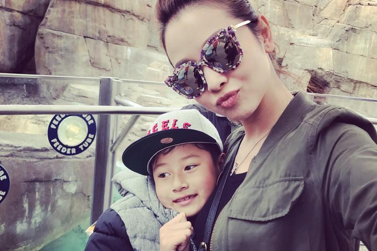 Jennifer Pham cung nung, dua con trai Bao Nam di choi cong vien-Hinh-4