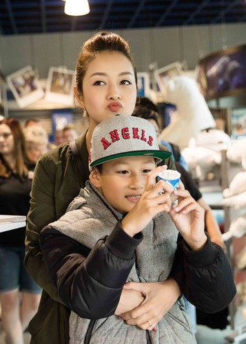 Jennifer Pham cung nung, dua con trai Bao Nam di choi cong vien-Hinh-7