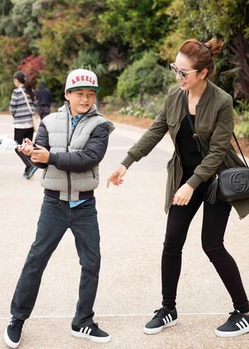 Jennifer Pham cung nung, dua con trai Bao Nam di choi cong vien-Hinh-9