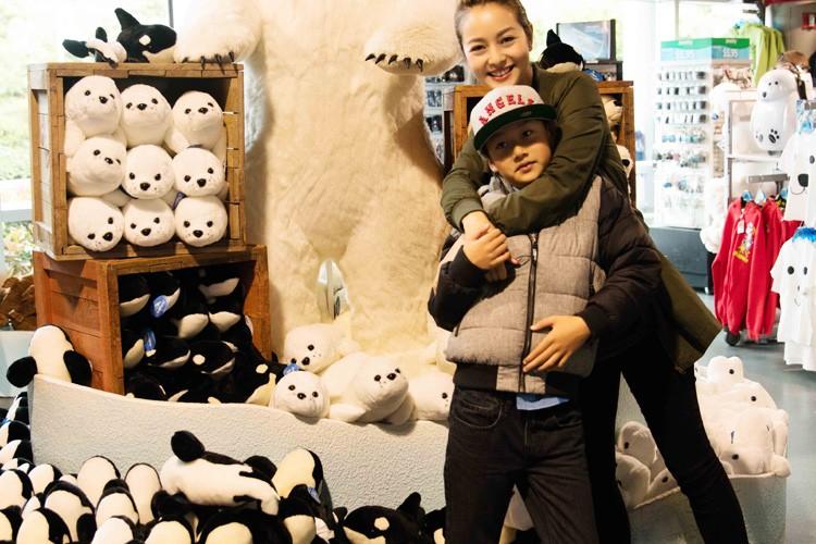 Jennifer Pham cung nung, dua con trai Bao Nam di choi cong vien