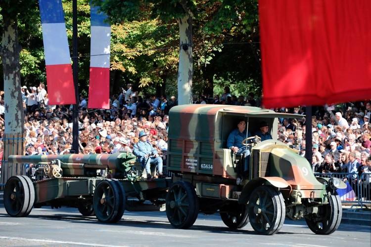 Xe tang tram tuoi lan banh trong cuoc dieu binh o Phap-Hinh-3