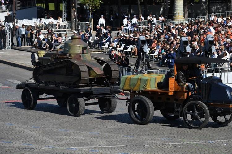 Xe tang tram tuoi lan banh trong cuoc dieu binh o Phap-Hinh-4