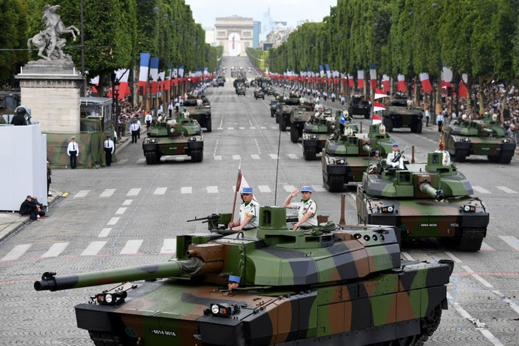 Xe tang tram tuoi lan banh trong cuoc dieu binh o Phap-Hinh-7