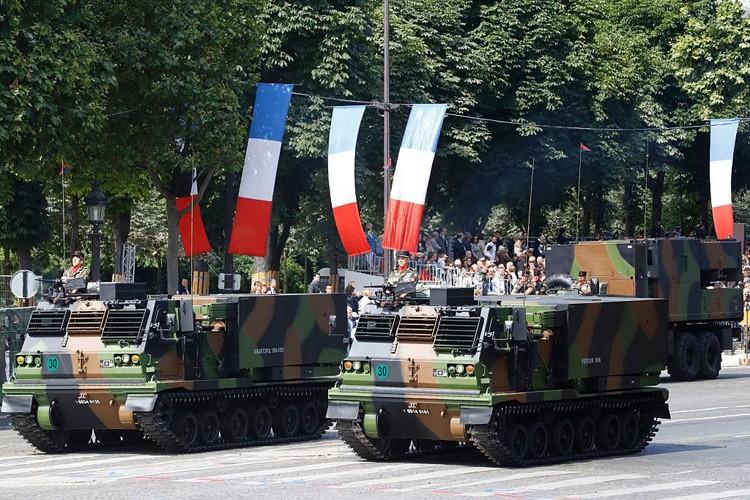 Xe tang tram tuoi lan banh trong cuoc dieu binh o Phap-Hinh-9