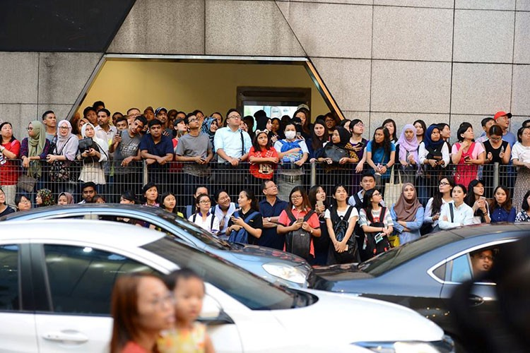 Bien nguoi o Malaysia xep hang don doan xe cua Song Joong Ki-Hinh-3