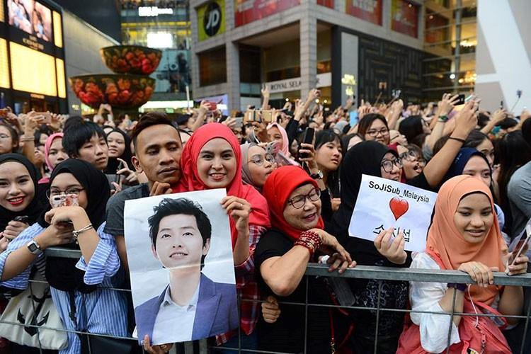 Bien nguoi o Malaysia xep hang don doan xe cua Song Joong Ki-Hinh-5