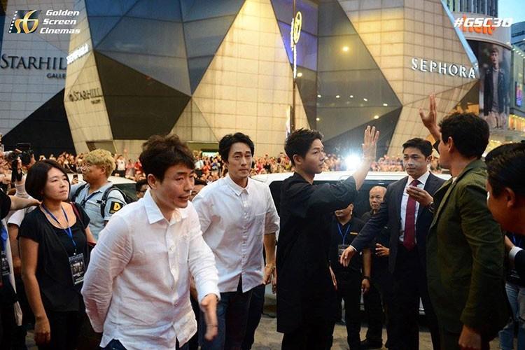 Bien nguoi o Malaysia xep hang don doan xe cua Song Joong Ki-Hinh-6