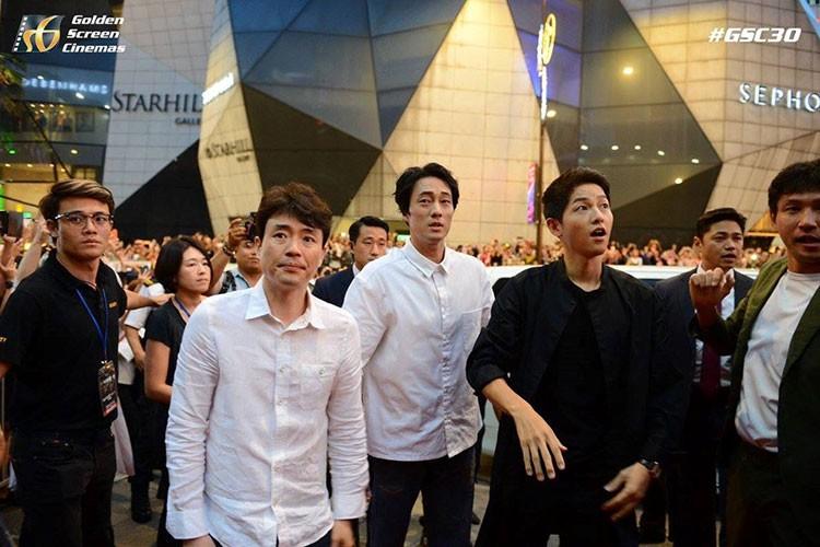 Bien nguoi o Malaysia xep hang don doan xe cua Song Joong Ki-Hinh-8