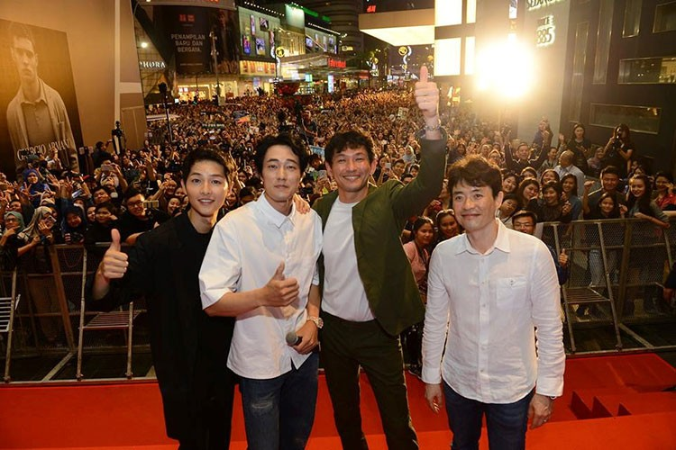 Bien nguoi o Malaysia xep hang don doan xe cua Song Joong Ki