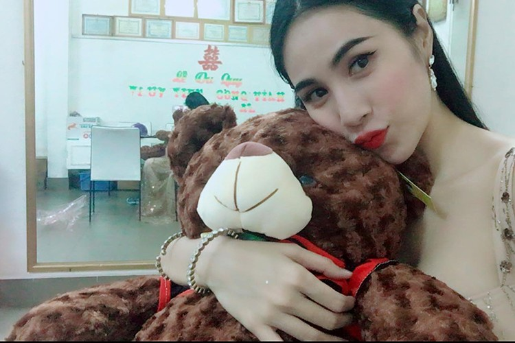 Hot Face sao Viet 24h: Vo Hoang Anh khoe bung bau vuot mat-Hinh-8
