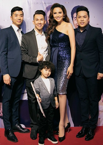 Con trai Hoa hau Diem Huong banh bao ben bo me-Hinh-11
