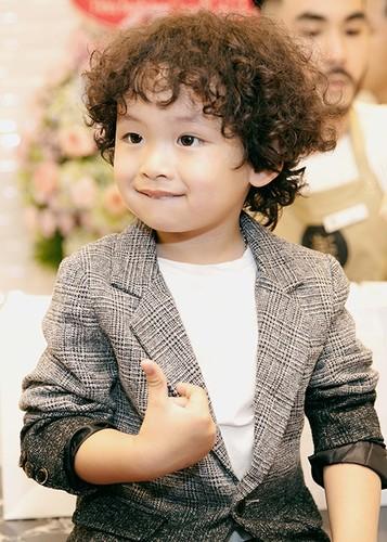 Con trai Hoa hau Diem Huong banh bao ben bo me-Hinh-8