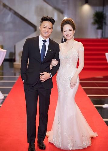 Bao Thanh duoc chong ho tong den nhan giai VTV Awards 2017-Hinh-12