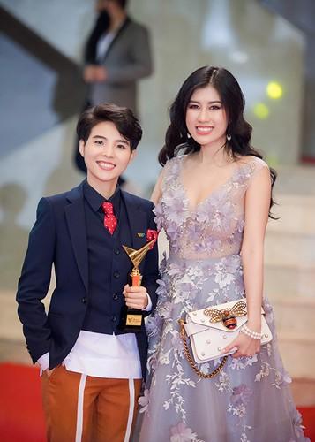 Bao Thanh duoc chong ho tong den nhan giai VTV Awards 2017-Hinh-14