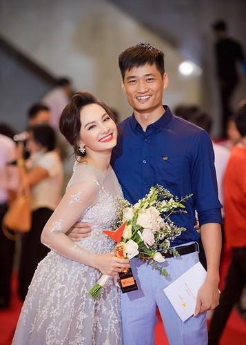 Bao Thanh duoc chong ho tong den nhan giai VTV Awards 2017-Hinh-3