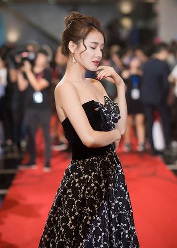 Bao Thanh duoc chong ho tong den nhan giai VTV Awards 2017-Hinh-6