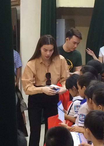 Hot Face sao Viet 24h: Mau Thuy len tieng khi duoc Pham Huong chinh vay-Hinh-10