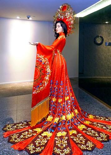 Trang phuc truyen thong tuyet dep cua Huyen My o Miss Grand 2017-Hinh-2