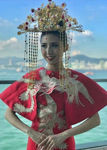 Trang phuc truyen thong tuyet dep cua Huyen My o Miss Grand 2017-Hinh-6