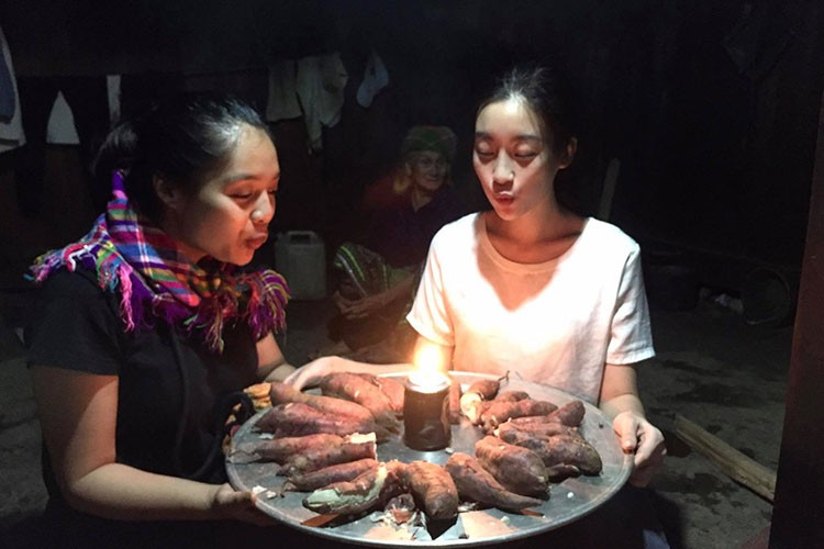 "Do My Linh duoc tang ""banh sinh nhat"" khoai lang o Yen Bai-Hinh-4"