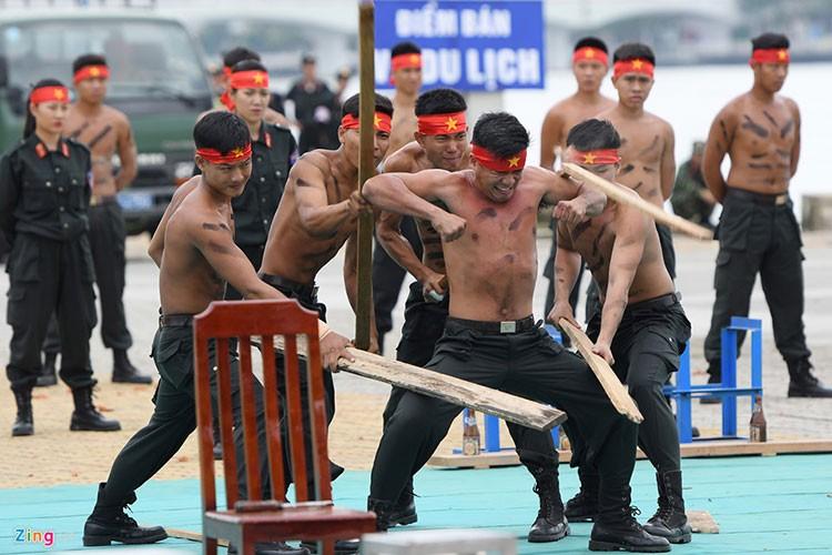 Vo thuat dieu luyen cua nu canh sat co dong chuan bi bao ve APEC-Hinh-14