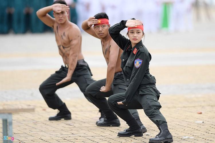 Vo thuat dieu luyen cua nu canh sat co dong chuan bi bao ve APEC-Hinh-3